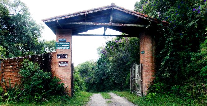 Portal próximo à trilha para Pico do Lopo (Extrema,MG)