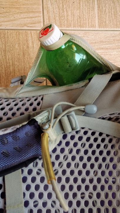 detalhe da fita prendendo a garrafa